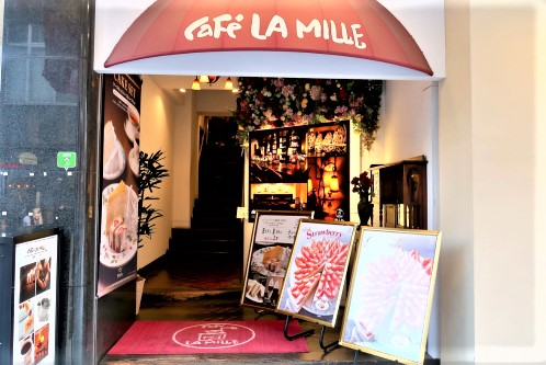 カフェラミル横浜元町店の看板、階段