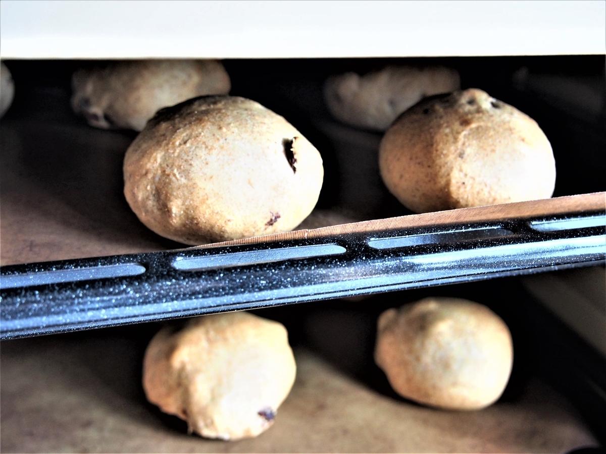 2段同時焼成中のレーズンパン