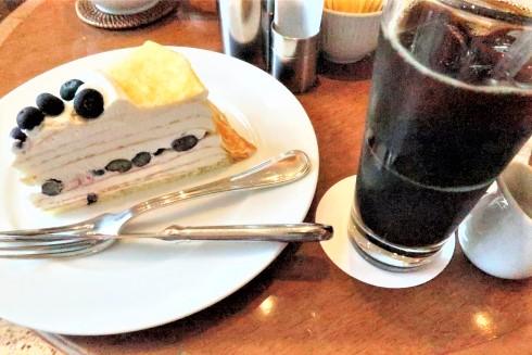 カフェ店内で食べたブルーベリーケーキとアイスコーヒー