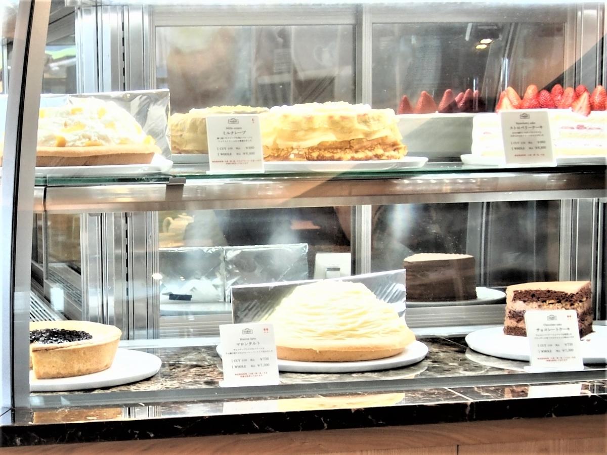 ショーケース内のフレッシュケーキ