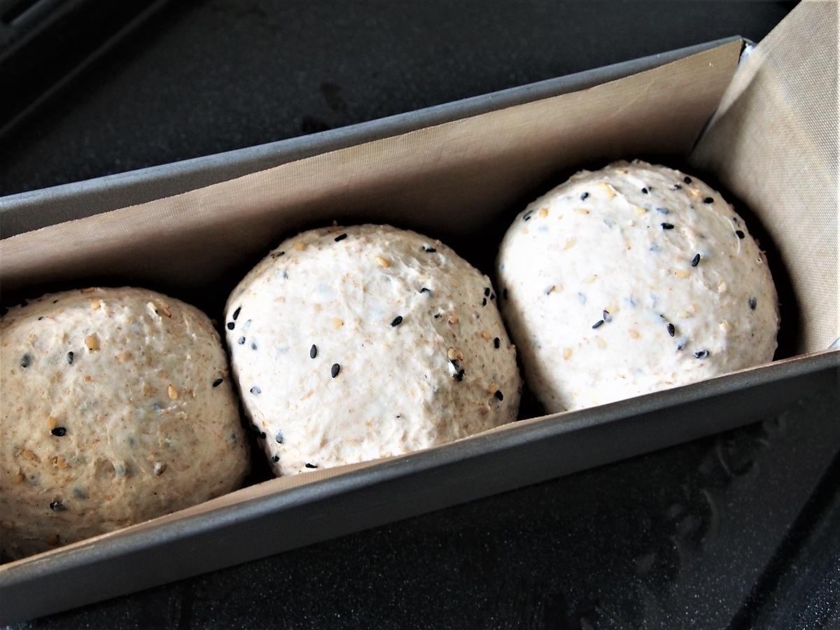 丸めたパン生地をパウンド型に入れたところ