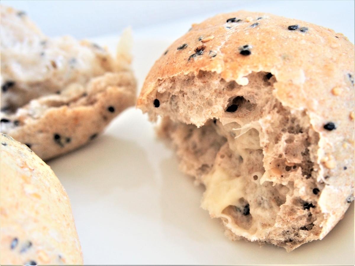 オーバーナイト製法のゴマとチーズのパン