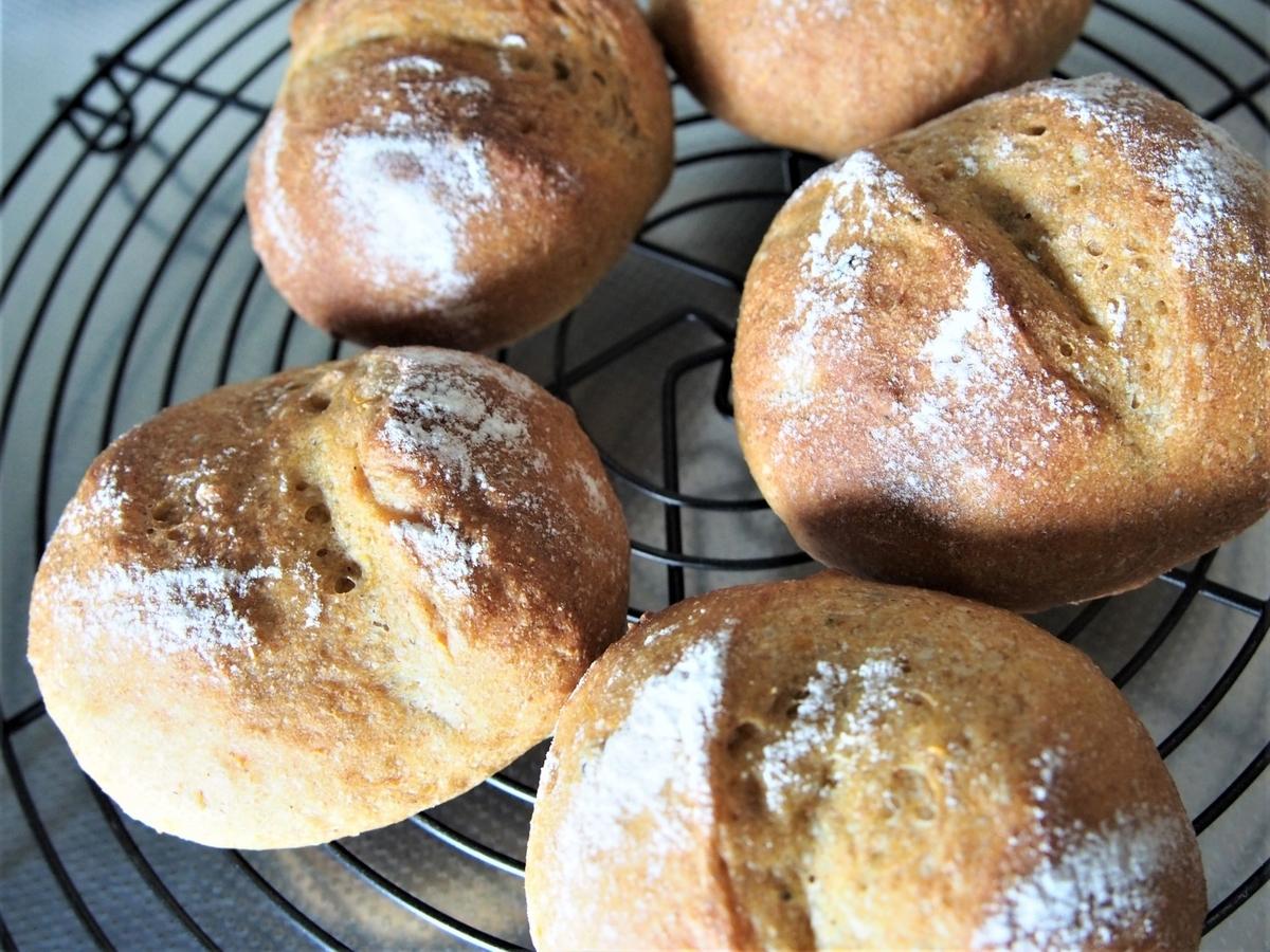 焼き立てのパンを冷ます