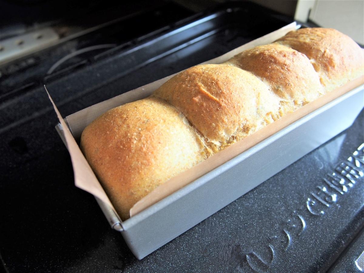 パンの焼き色を確認