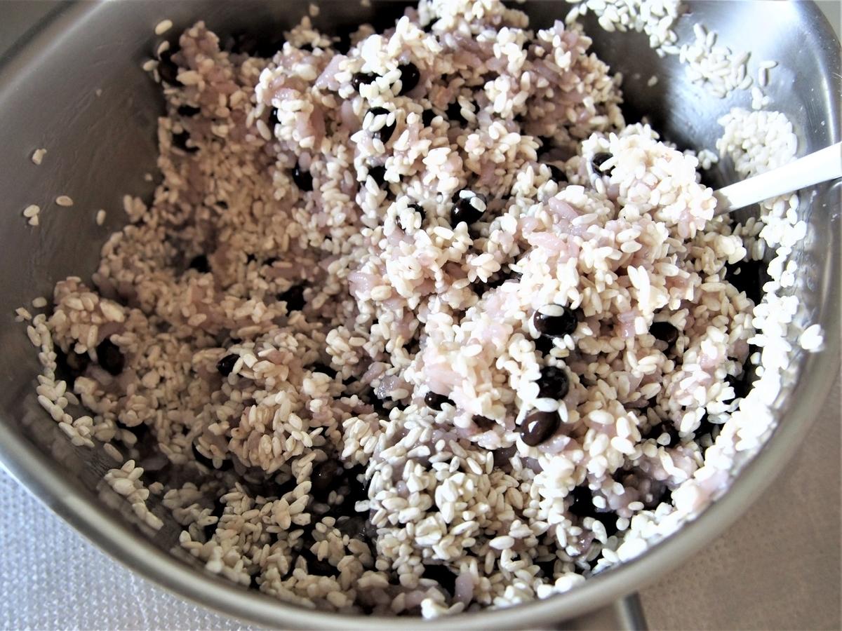 残りご飯と米麹をよく混ぜる