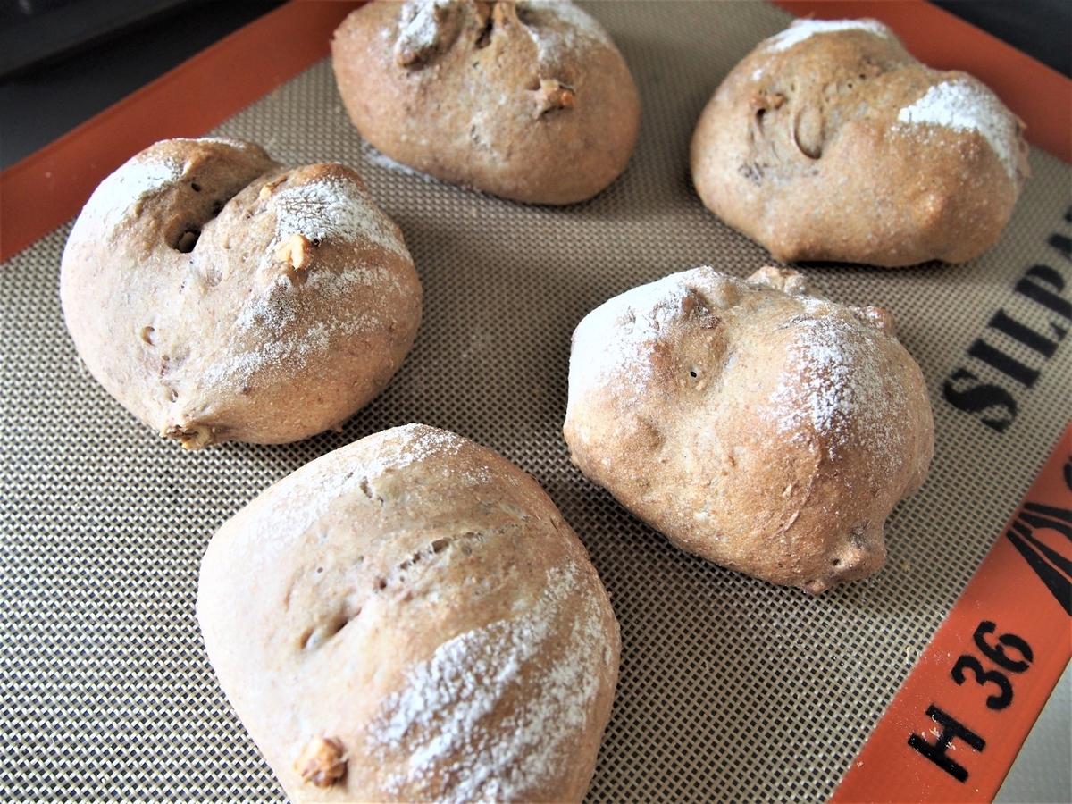 手作りの焼き立てくるみパン