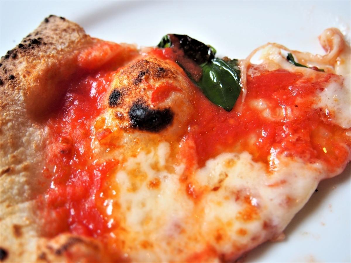 取り皿の乗せたピザ