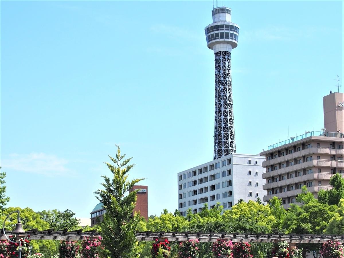 そびえ立つ横浜マリンタワー