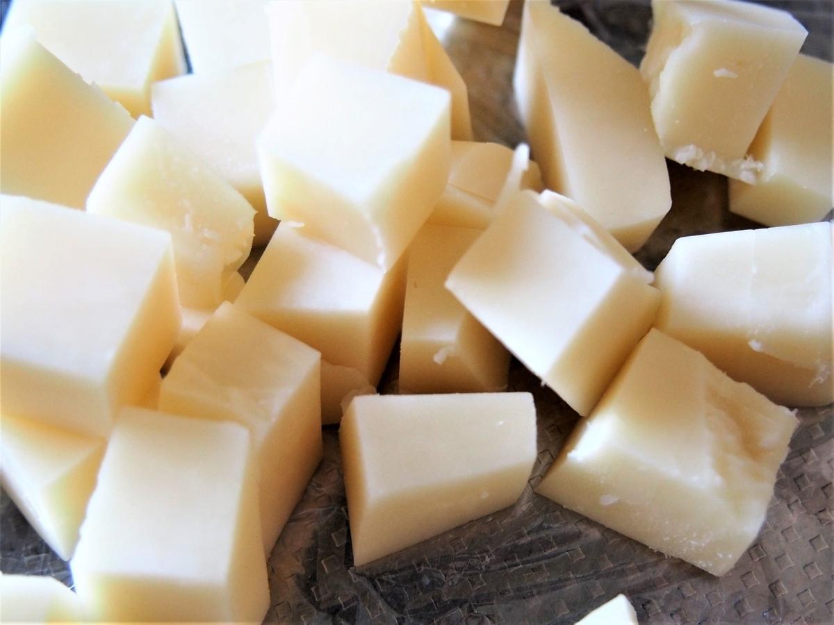 ダイス状にカットしたチーズ