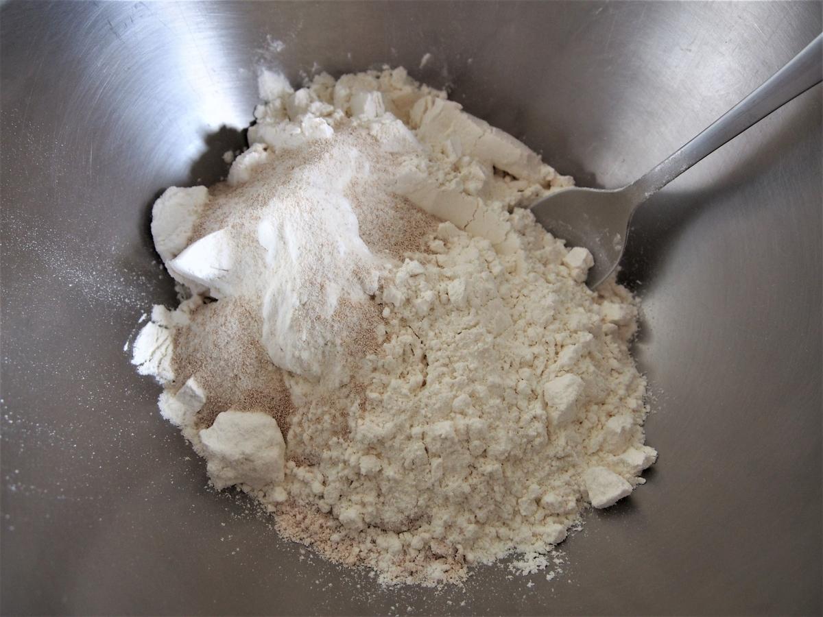 ステンレス製のボウルに入れた小麦粉と塩