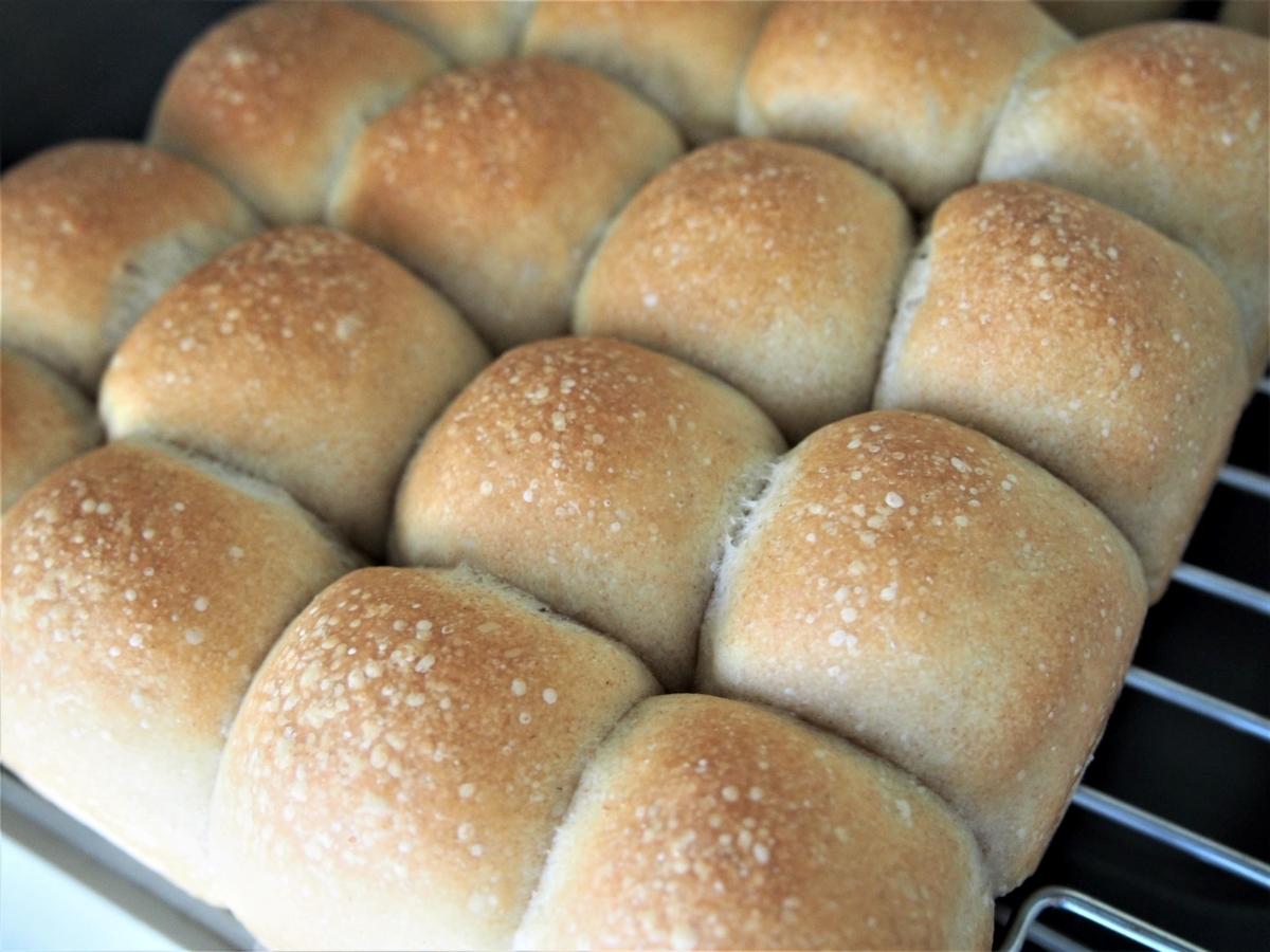 焼き網の上で粗熱をとっているちぎりパン