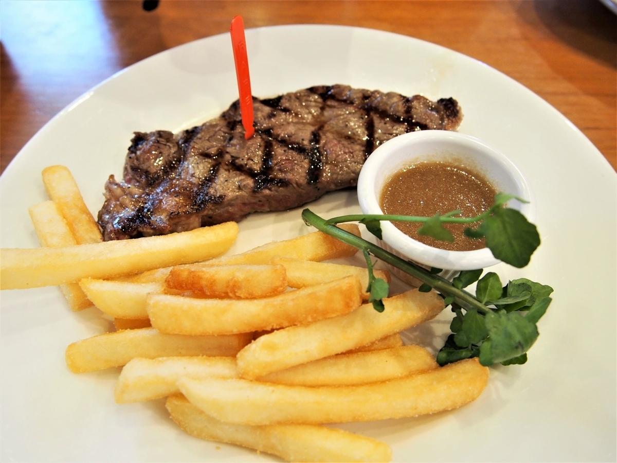 sizzlerのリブロースステーキとフライドポテト