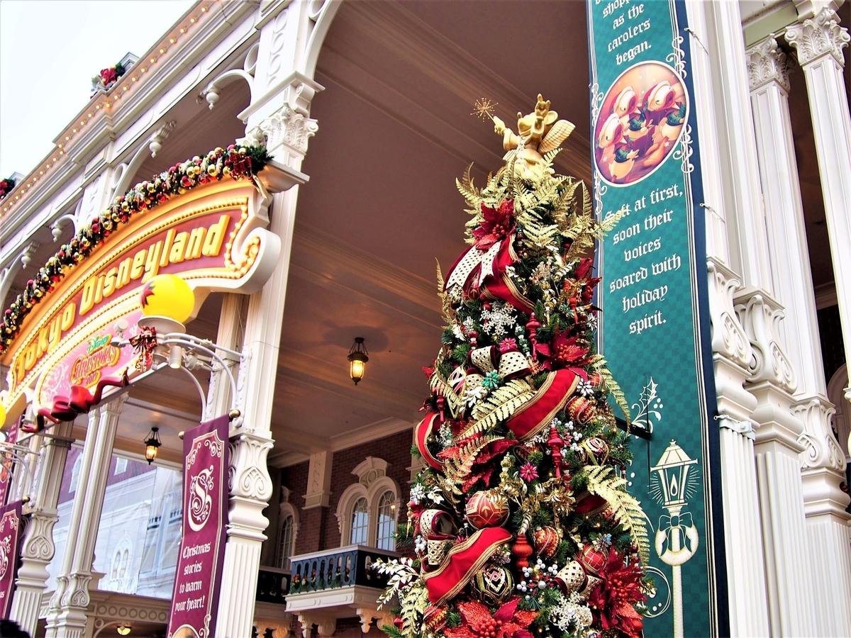 東京ディズニーランド入り口付近のクリスマスツリー