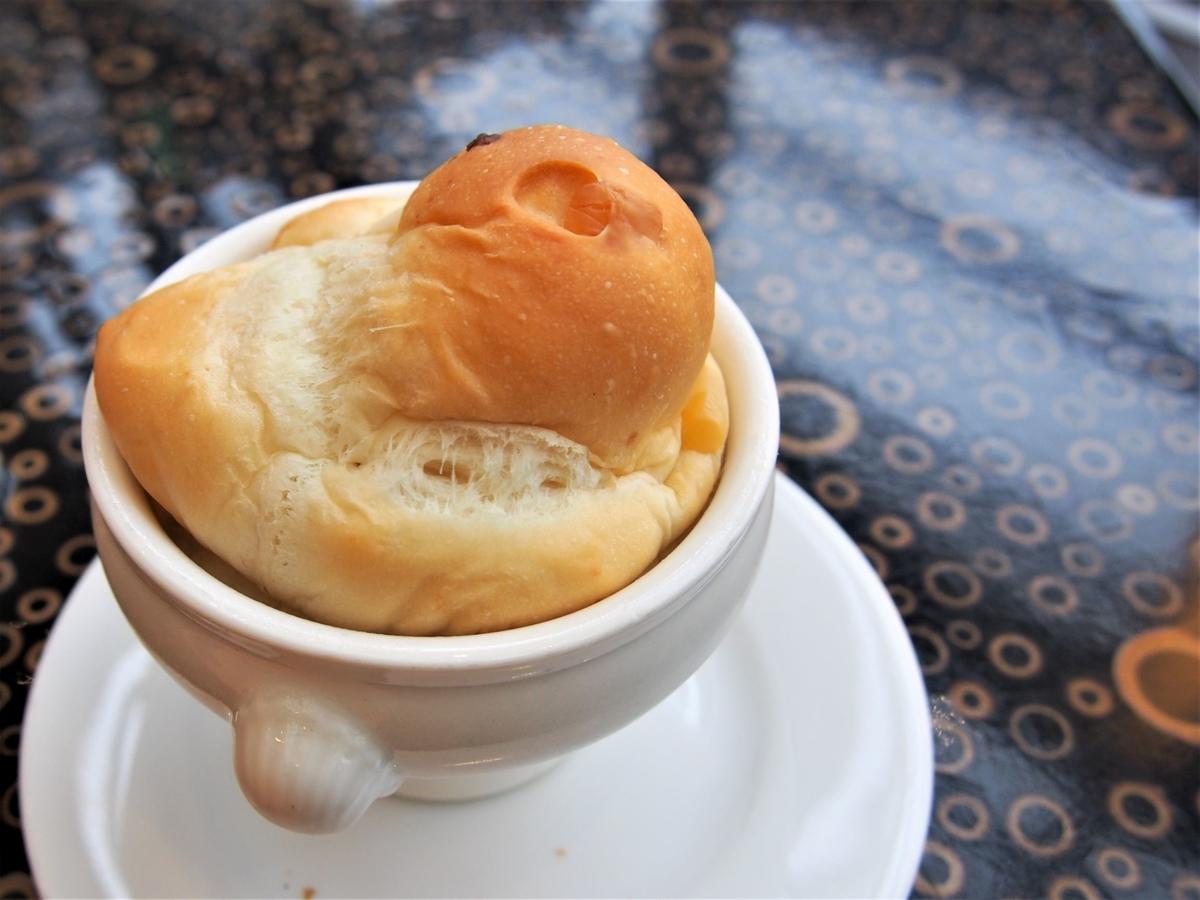 熱々の器で提供されるパン