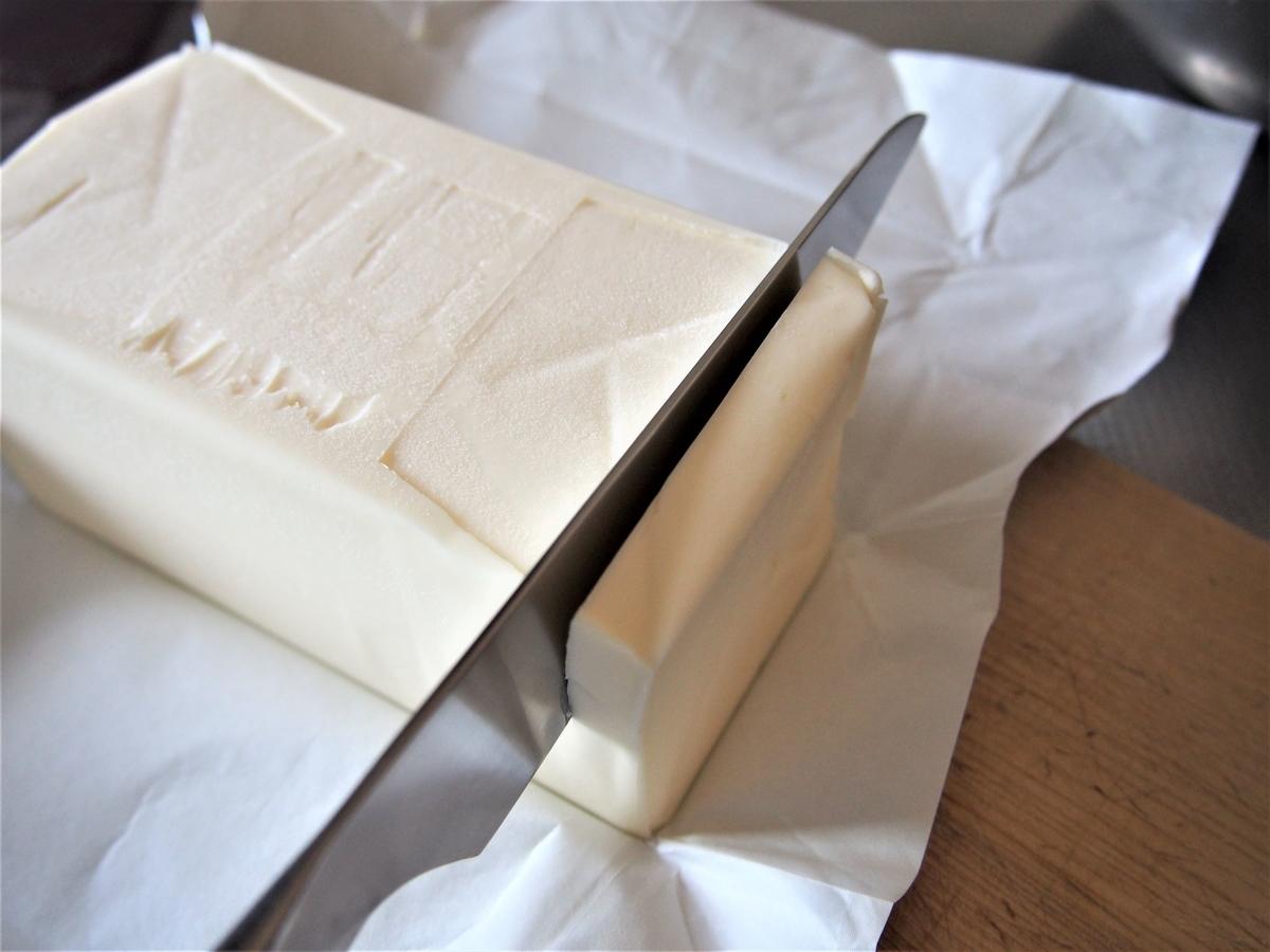 バターを包丁でカットする