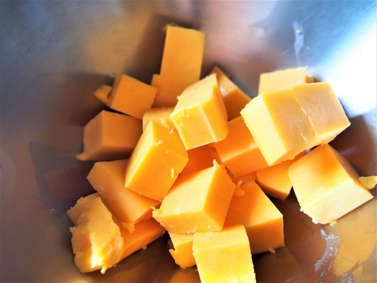 ダイス状にカットしたチェダーチーズ