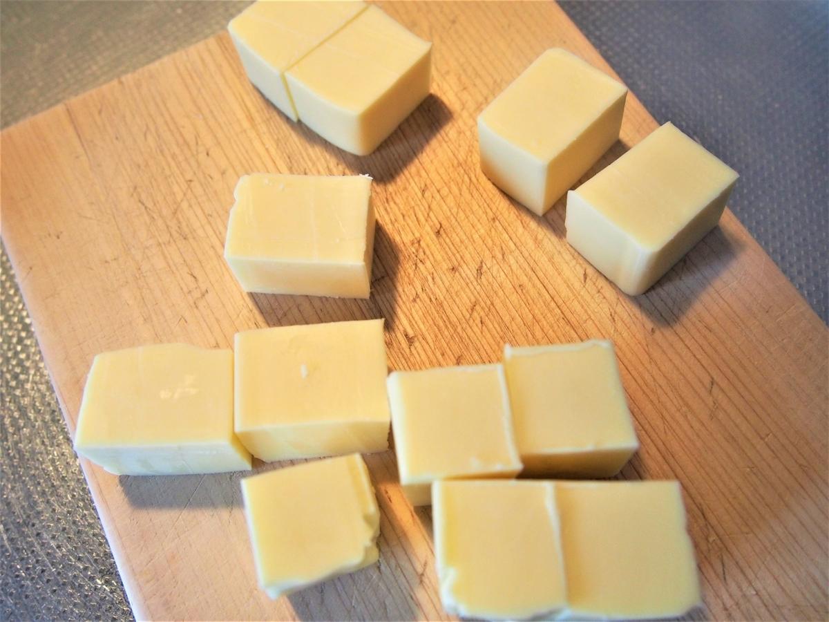 プロセスチーズをダイス状に切る