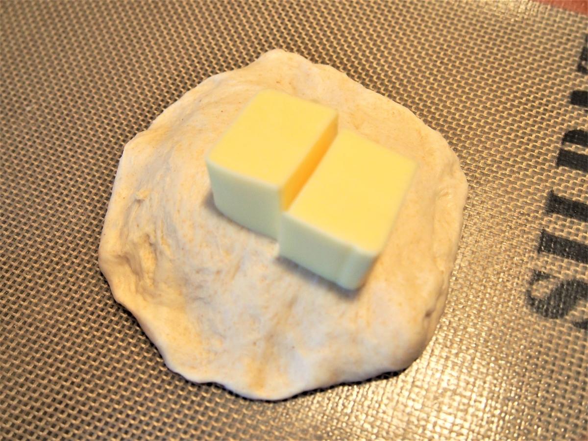 プロセスチーズを生地に包む