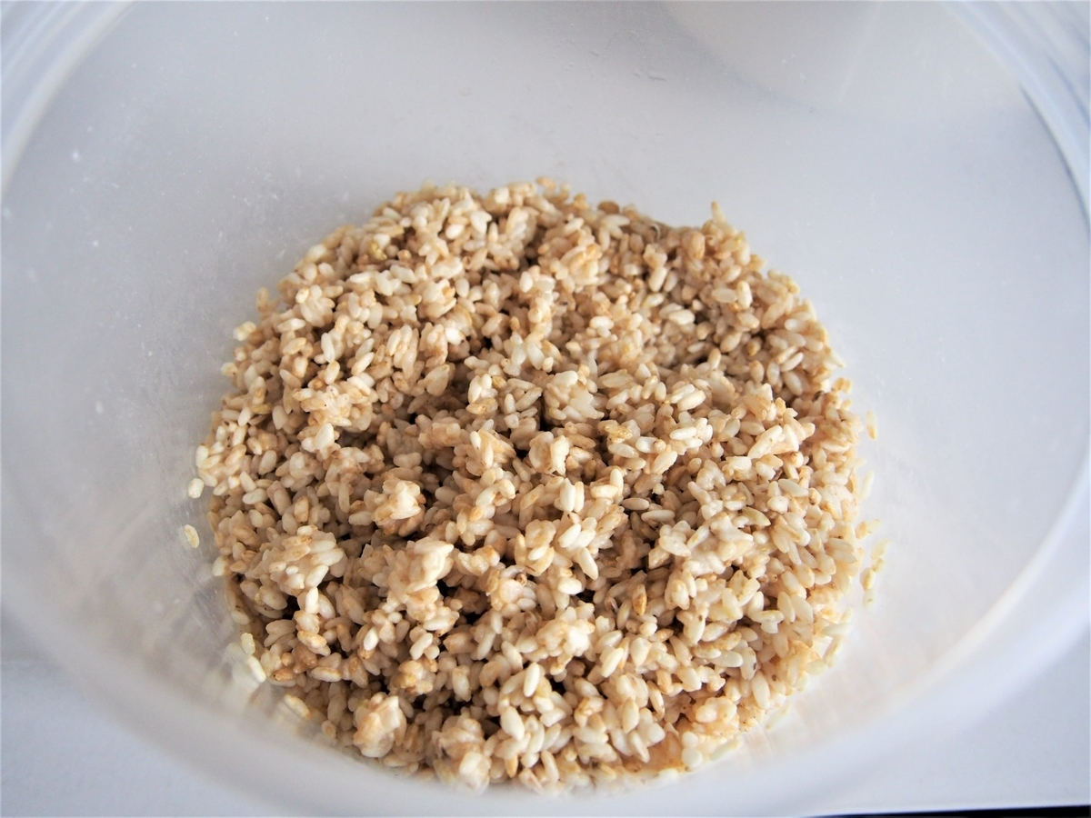 玄米麹に水を加えてふやかす
