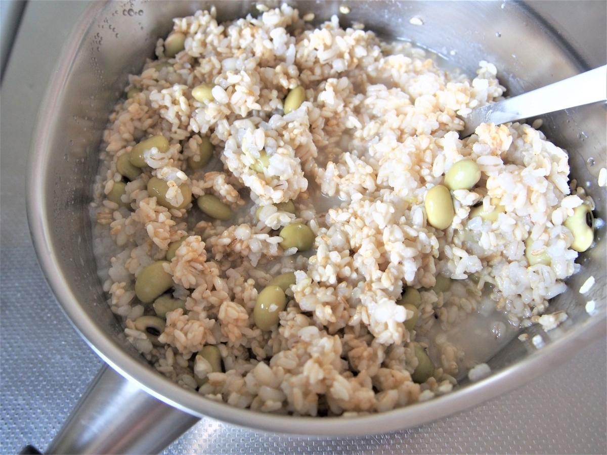 玄米麹と米を混ぜて甘酒を作る