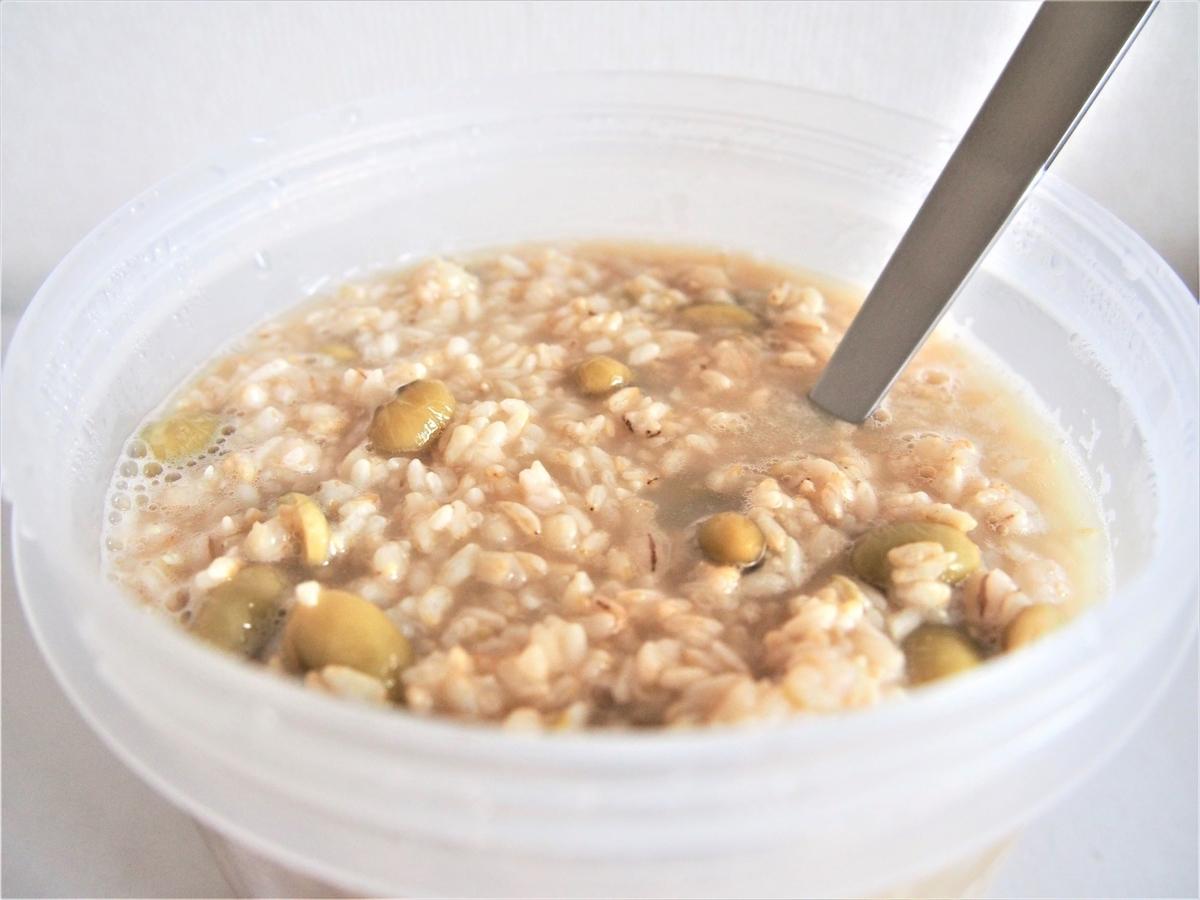 自家製の玄米麹甘酒を撹拌する作業