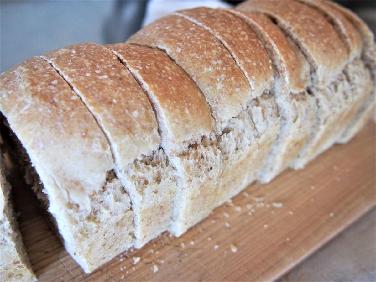 とかち野酵母使用のミニ食パンをスライス