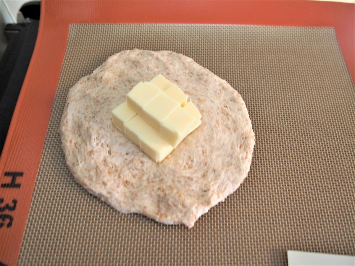 プロセスチーズをパン生地に包む