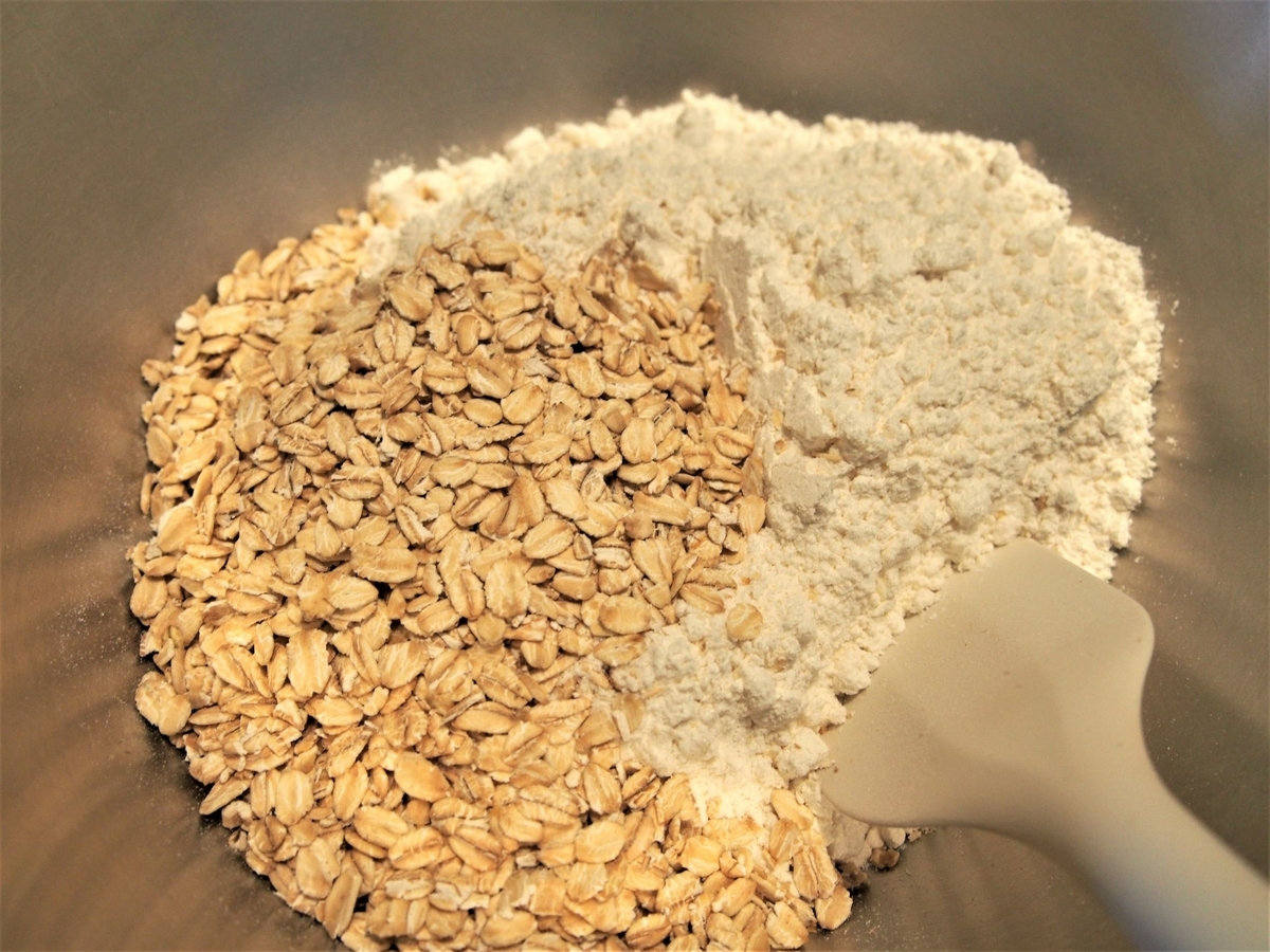 オートミール、全粒粉、強力粉を混ぜる