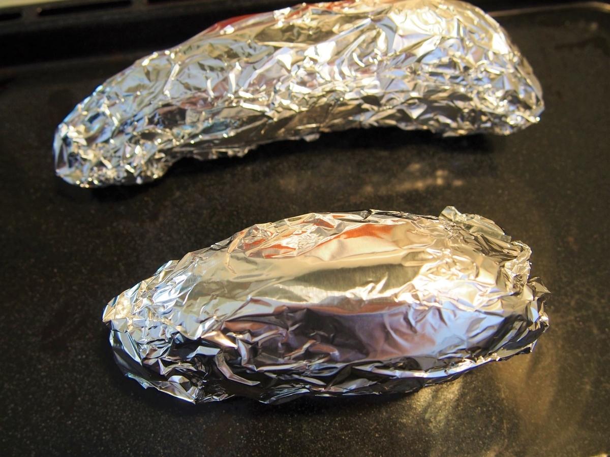 アルミ箔に包んで焼き上げたサツマイモ
