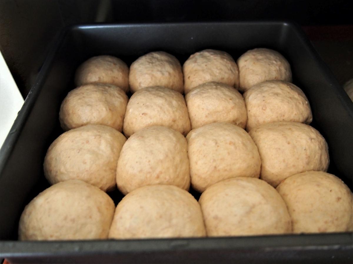 きなこのちぎりパンをオーブンに入れる