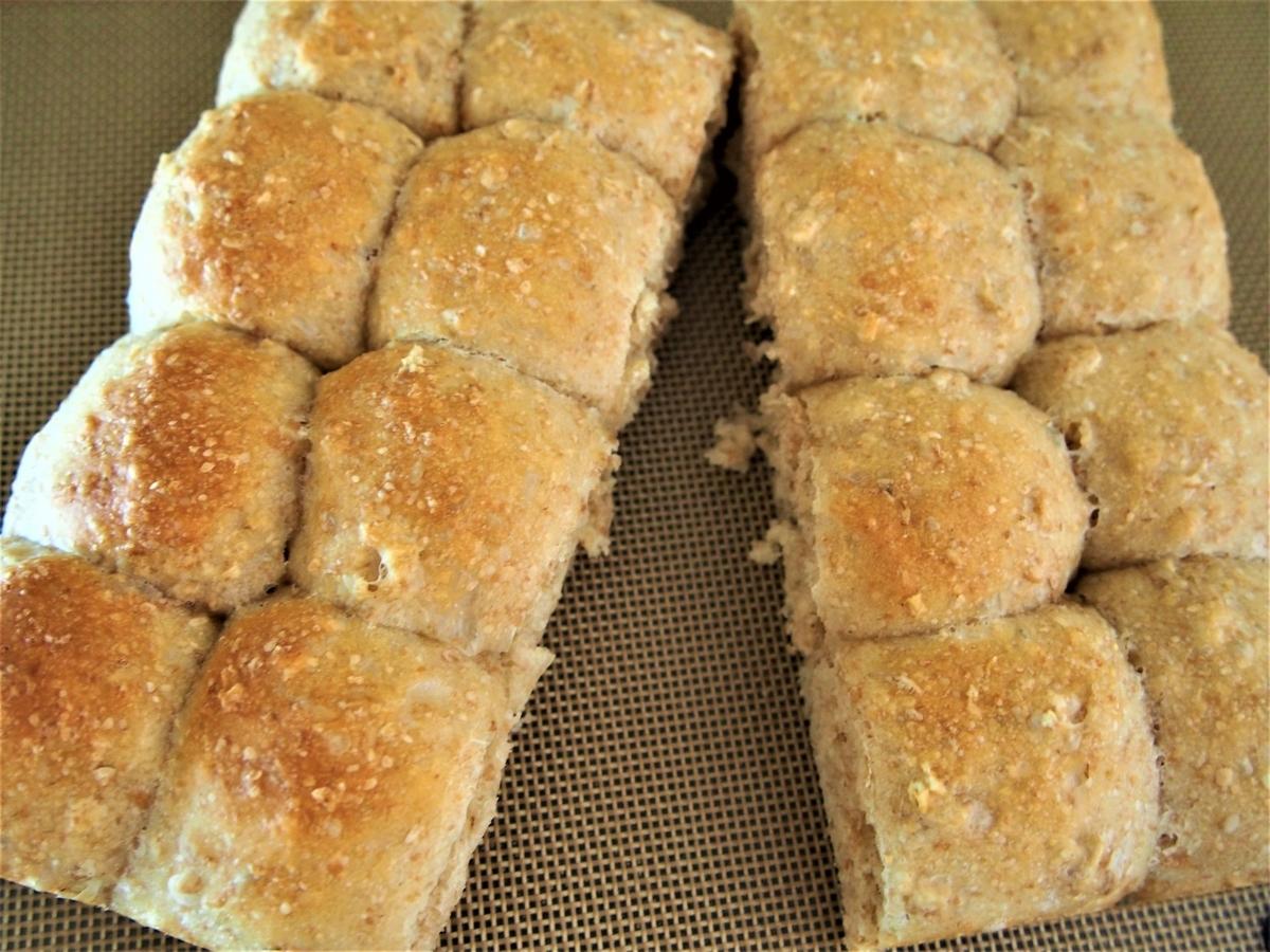 焼けたちぎりパンを二つに割る