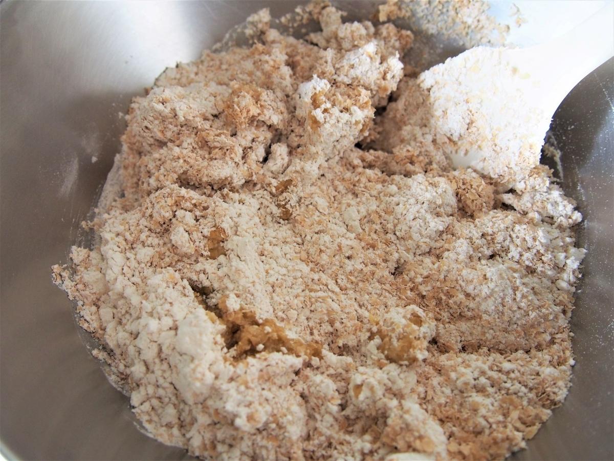 小麦ふすまとスペルト小麦に水分を加える