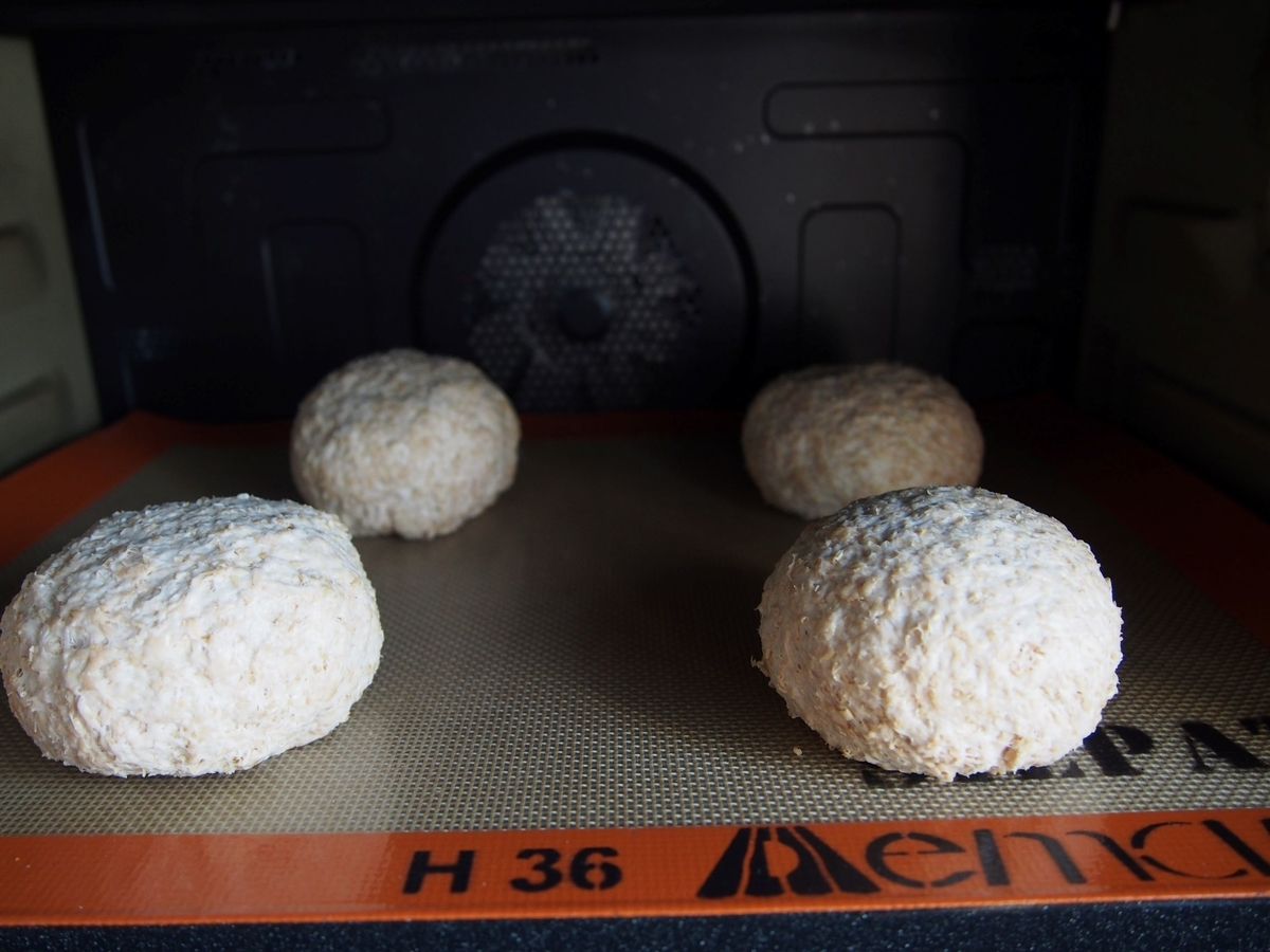 オーブンの庫内でパン生地を発酵させる