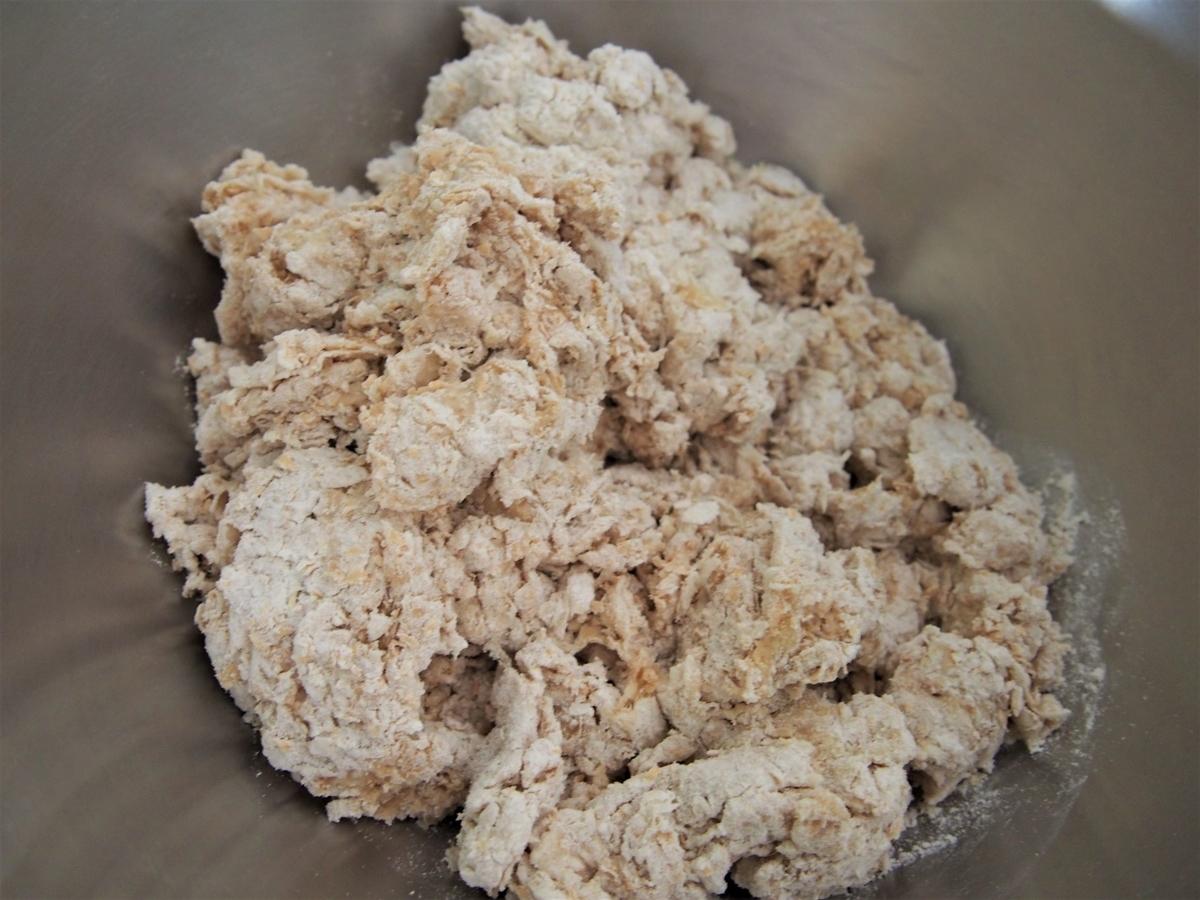 粉類に水分と油分を加える