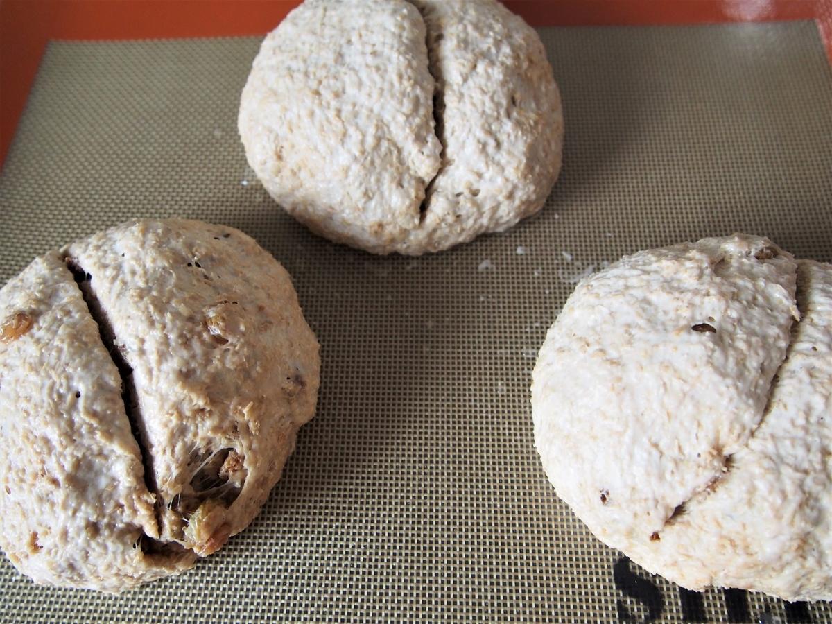 発酵後のパン生地、好みの切れ込みを入れる