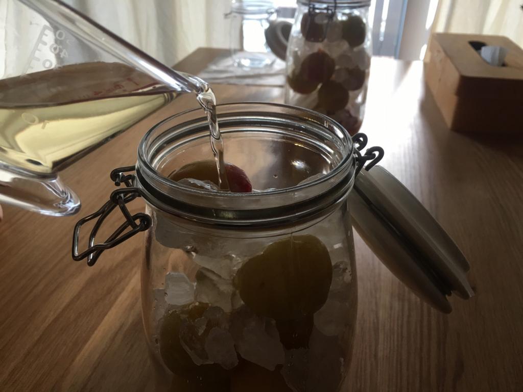 酢を梅にまわしかける