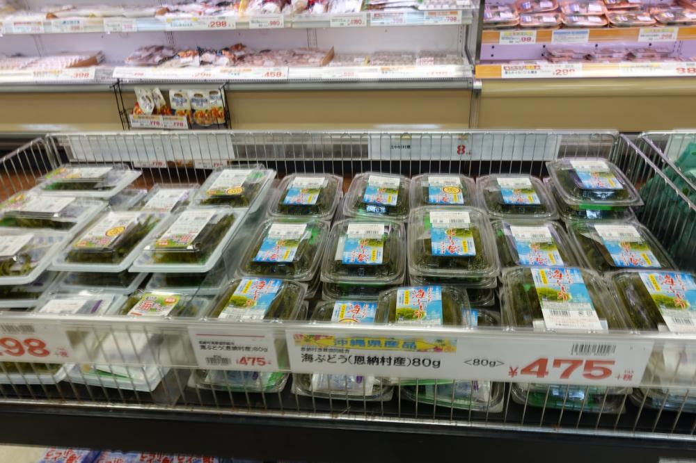 沖縄スーパーサンエーの海ぶどうの陳列棚