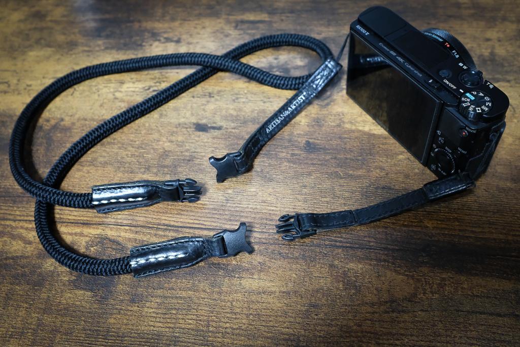 【6年物レビュー】ARTISAN & ARTIST レザーxシルク組紐のネック&ハンド切り替え式ストラップ ACAM-304