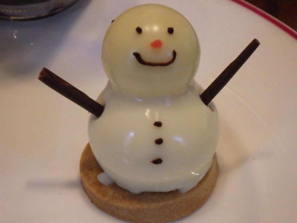 お菓子の雪ダルマ