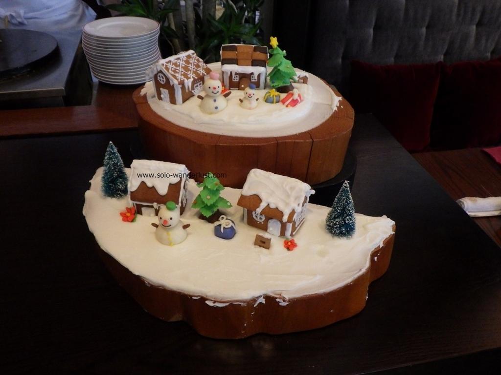 お菓子の 家と雪ダルマ