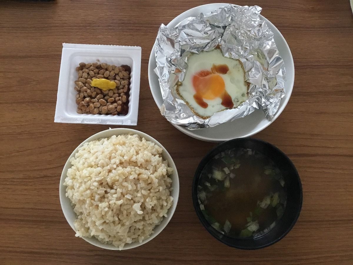 目玉焼きと納豆と味噌汁