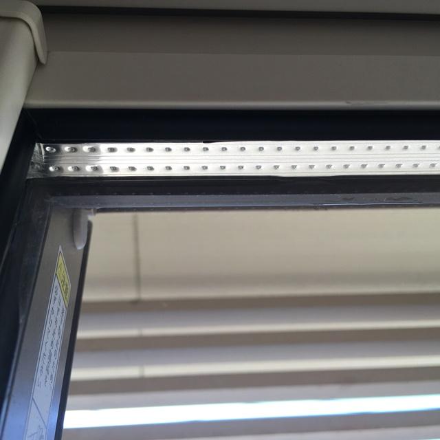 2階の窓の汚れ具合を見る掃除後
