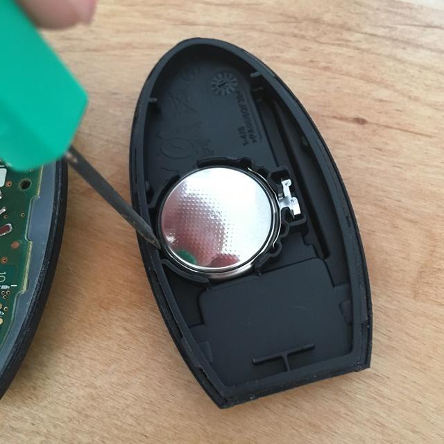 日産セレナのインテリジェントキー(C27)の電池を取り外す