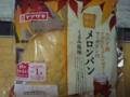 カナダ産メープルシロップ入りゼリーとマーガリンのメロンパン(中)