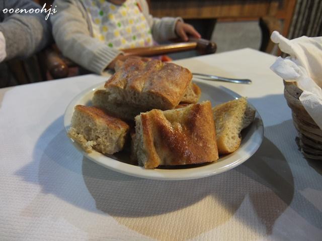 イタリア・ジェノバで利用したアグリツーリズモホテルで食べたフォカッチャ
