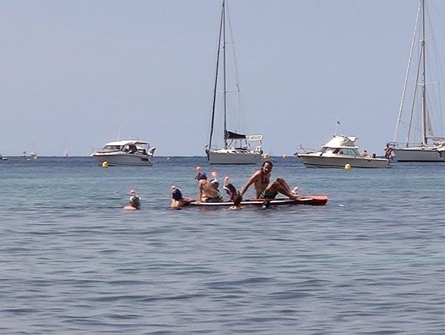フランスのビーチで見た家族でSUP(サップ)をしているところ