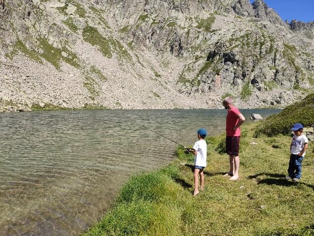 釣りを教わる長男とそれを羨む次男