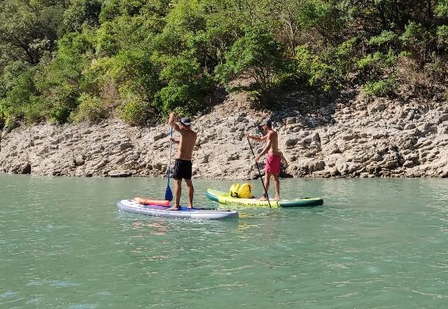 今、海や湖、川で大人気のスポーツ・SUPとは?
