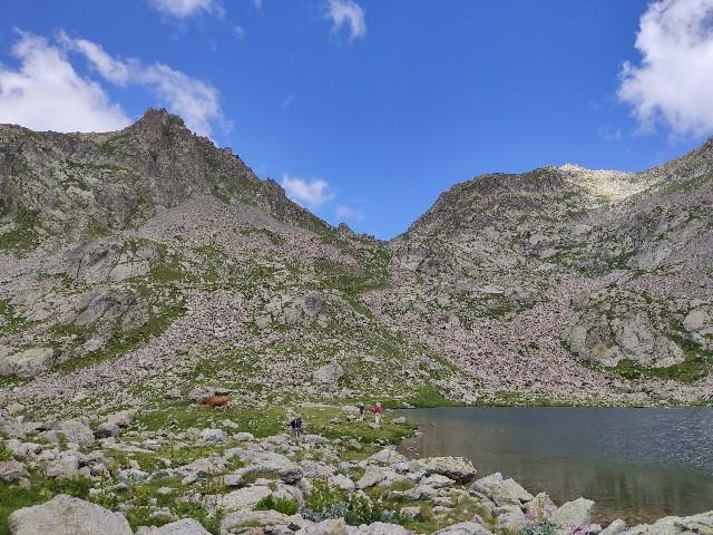 家族でハイキングに行ったときに撮影した山と湖