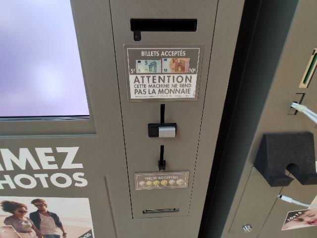 フランスの自販機。おつりは出ません、ご注意を